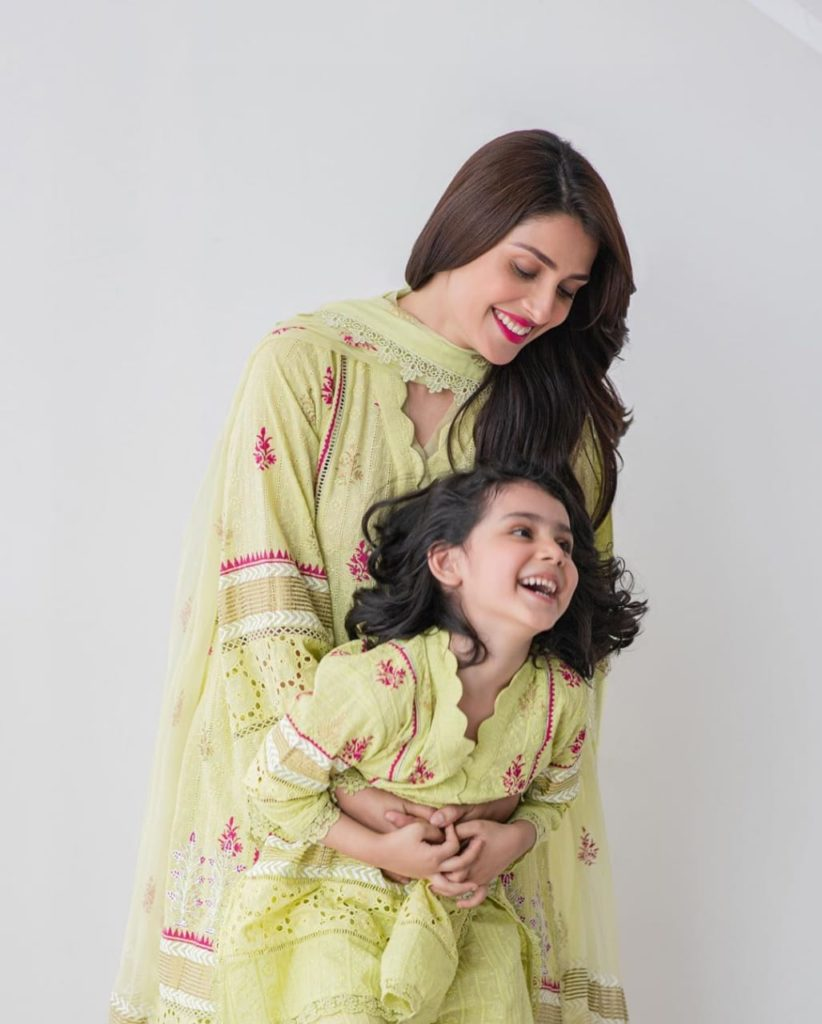 ayeza-khan-photo-with-kids