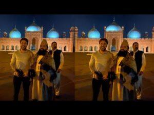 engin-altan-in-badshahi-mosque
